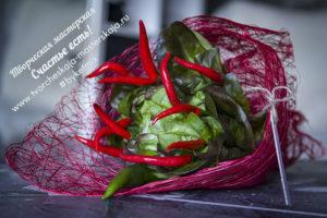 Букет с жгучим перцем и салатом 1500р