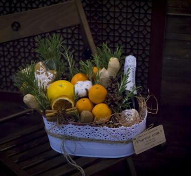Новогодняя композиция с апельсином, мандаринами, пряником и имбирем цена 2500р