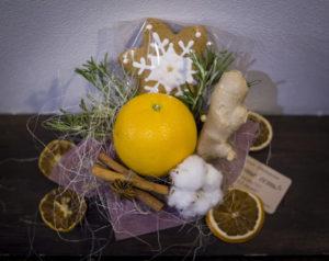 Маленький букет, комплимент, новогодний букет с апельсином цена 500р