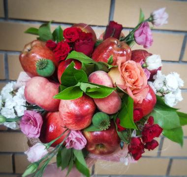 Букет «Роскошь» из нектаринов, яблок и персиков цена 3000р