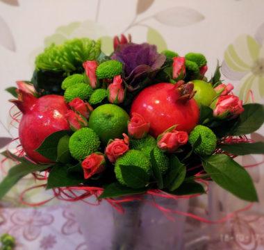 Букет с гранатами, хризантемой, лаймом и розами «Рубин и изумруд» цена 3500р