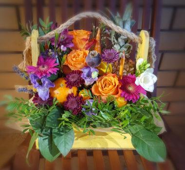 Букет из фруктов и цветов в ящичке цена 3500-4500р