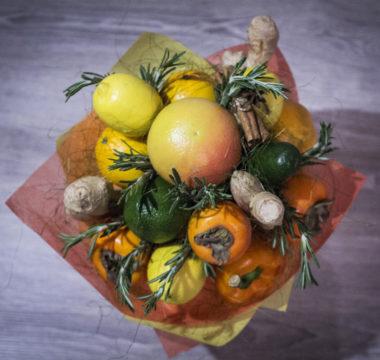 Букет из апельсинов, лимонов и хурмы с имбирем «Зимние Солнце» цена 2500р