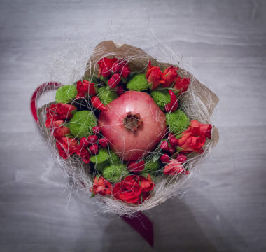 Маленький букет из граната, 17-ти роз и перчиков цена 2200р