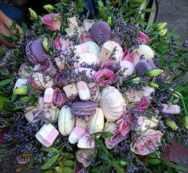 Сладкий букет с цветами в шляпной коробке от 5000 р.
