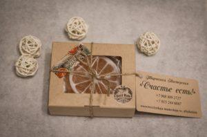 Мыло ручной работы с использованием натуральных масел, имеет прекрасные увлажняющие свойства и приятный нежный аромат.
