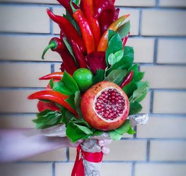 Букет «ПреКрасный» с 3-мя гранатами, лаймом и розами цена 4300р