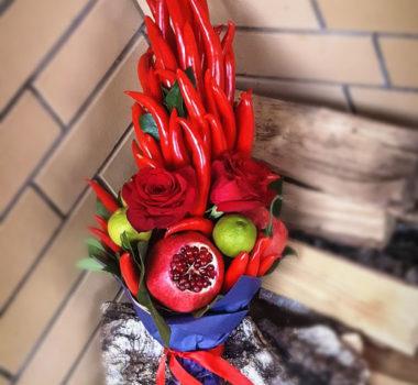 Большой букет «ПреКрасны» из 80 перцев, лайма и роз цена 5500р.